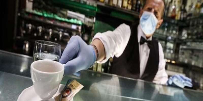 Fase 2, entra in un bar e paga 50 euro un caffè: ecco cosa è successo