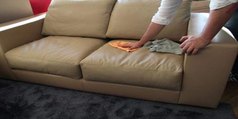 Come fare per eliminare facilmente gli odori dal tuo divano