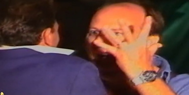 Gerry Scotti inedito, tira calci nel sedere ad un uomo e distrugge tutto con una mazza: video