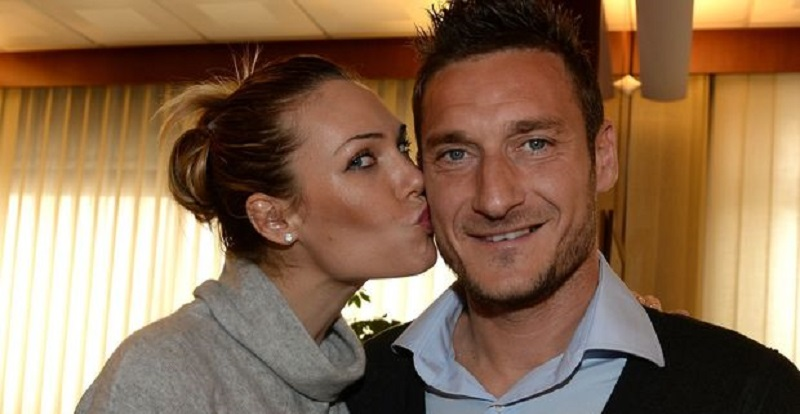 """""""Incinta"""". Ilary Blasi lo annuncia a Totti: ecco la sua reazione"""
