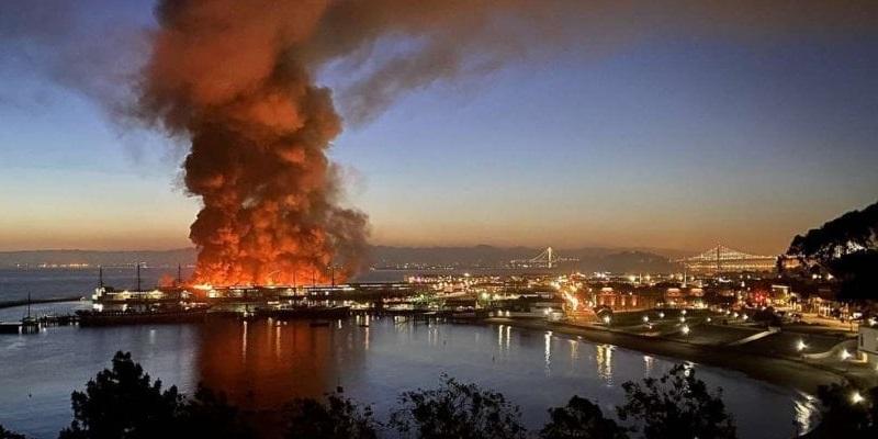 Devastante incendio, centinaia di pompieri in azione: distrutto il simbolo della città (Video)