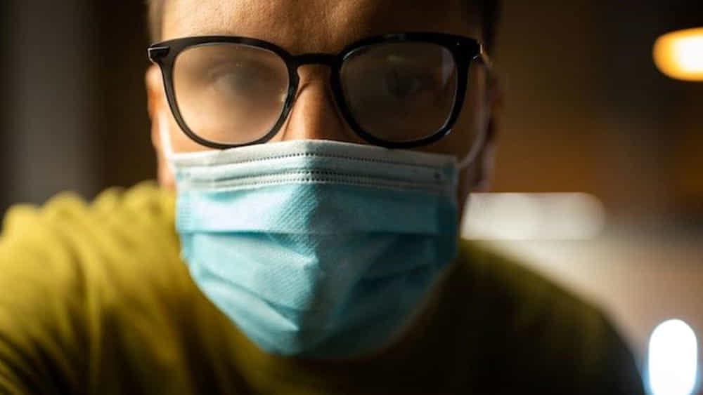 Come fare per evitare che gli occhiali si appannino quando indossi la mascherina