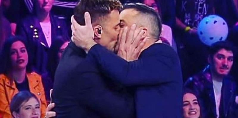 """""""Siamo liberi"""", il bacio contro l'omofobia del famoso cantan"""