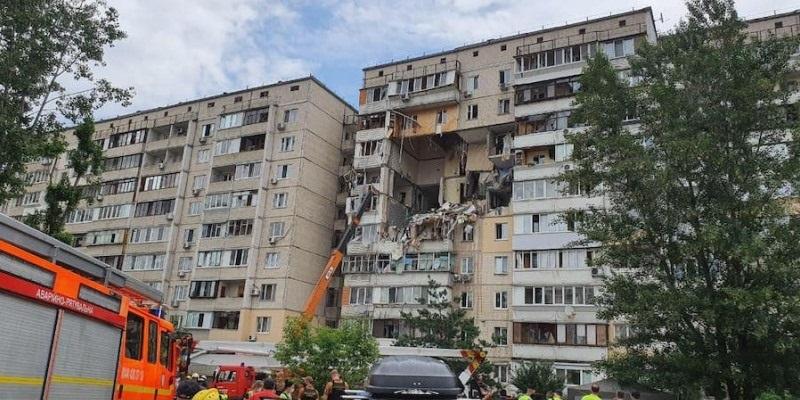 Collassa palazzo di 4 piani, ci sono morti e feriti: macerie ovunque