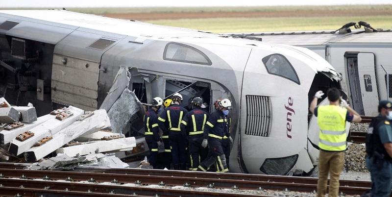 Treno si scontra con un suv e deraglia con 180 passeggeri a