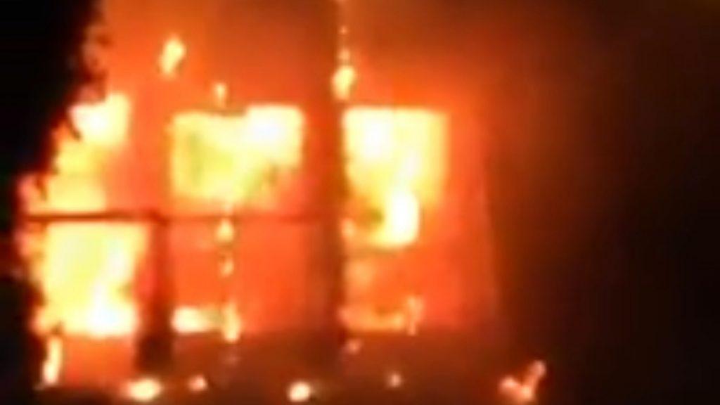 Italia, disastro in un Hotel: le fiamme stanno divorando l'edificio. Il video