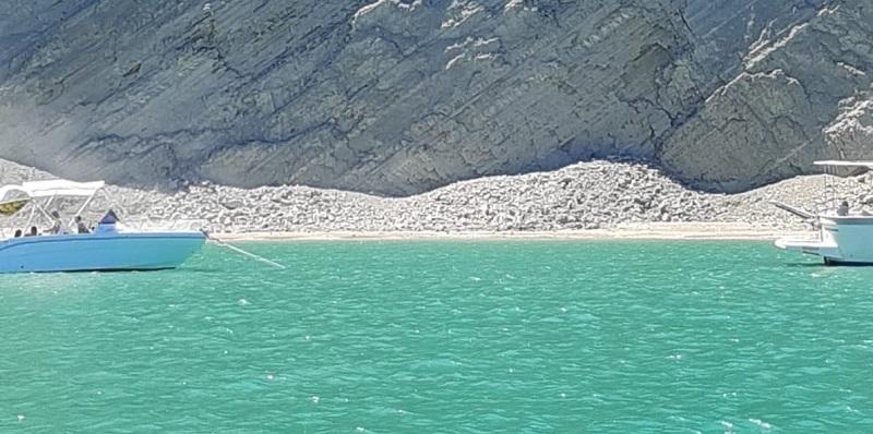 Italia, prima il boato e poi la frana ha inondato la spiaggia (Video)