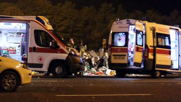 Travolti da un furgone in 3 su una bicicletta: morti due rag