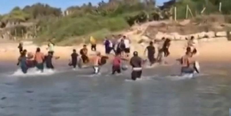 Italia, caos in spiaggia: fuggi fuggi dei bagnanti in preda al panico (Video)