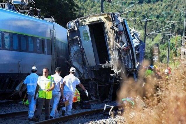 Treno deraglia e si scontra con le auto in strada: ci sono morti