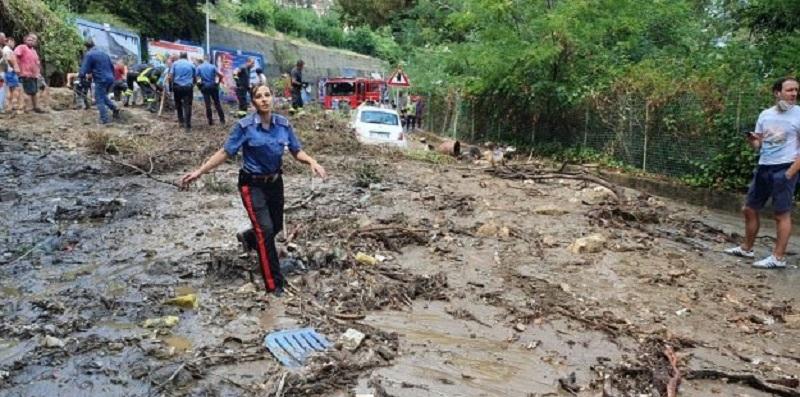 Maltempo Italia, bomba d'acqua sulla città: frana la collina (Video)