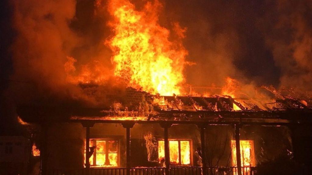 Casa in fiamme, uomo si arrampica sul balcone e salva 4 bambini intrappolati