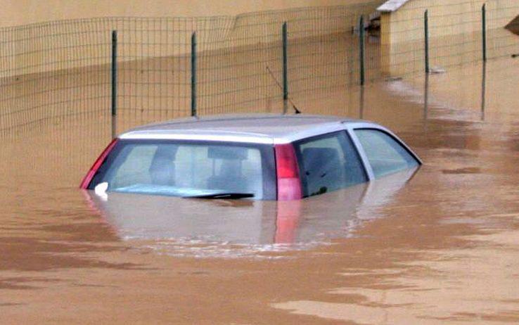 Maltempo in Italia |  bimbo prigioniero dall'auto in mezzo all'acqua  Ecco cosa sta accadendo