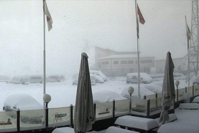 Forte nevicata in pieno Agosto. Auto e case imbiancate. Il video