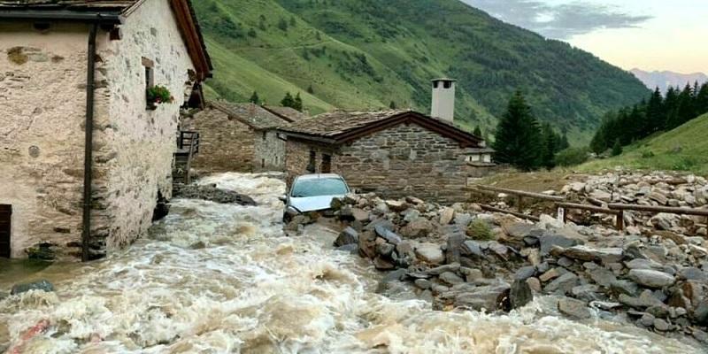 Maltempo Italia, 30 minuti di inferno: uno tsunami devasta case e auto (Video)
