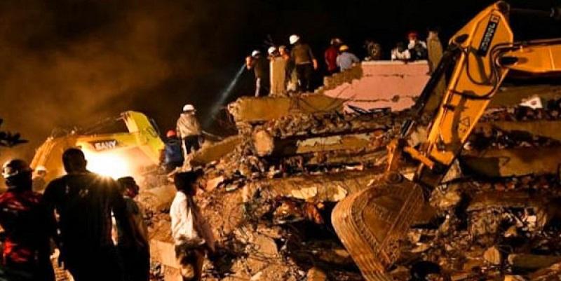 Una forte esplosione e poi il crollo: decine di persone sotto le macerie