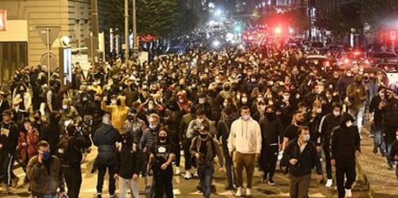 E' caos, scoppia la rivolta: migliaia di persone in strada (Video)