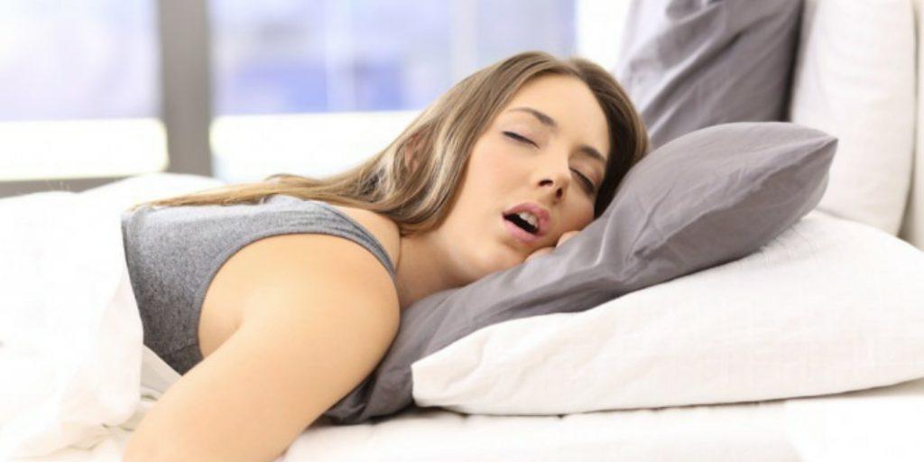 Dormire con la bocca aperta e molto pericoloso. Ci sono seri rischi per la salute