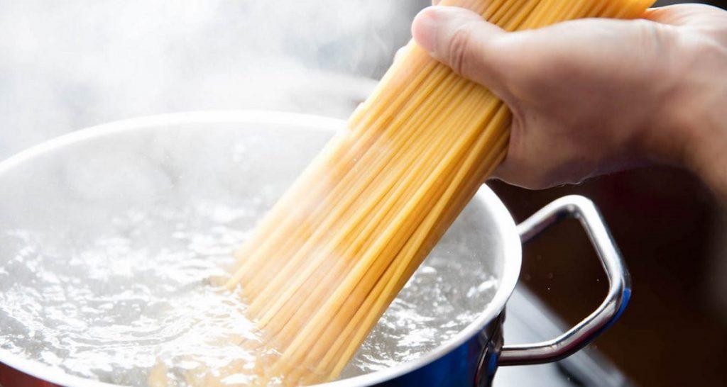 Bollire l'acqua per la cottura della pasta, svelato il trucco per farla bollire più velocemente