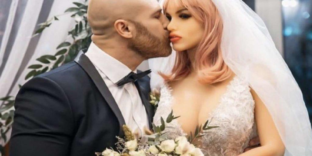 Dopo 8 mesi di fidanzamento, sposa la sua bambola gonfiabile