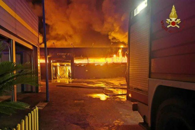 Devastante incendio al supermercato: i dettagli