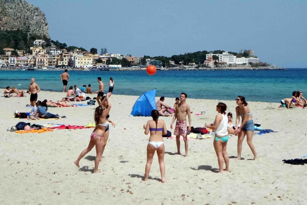 Niente mare, la prossima estate non si potrà andare in spiaggia. Le parole in diretta su Rai 1