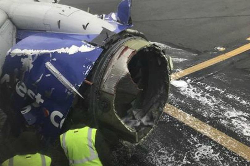 Boeing esplode in volo, pezzi di aereo cadono sulle case (Video)