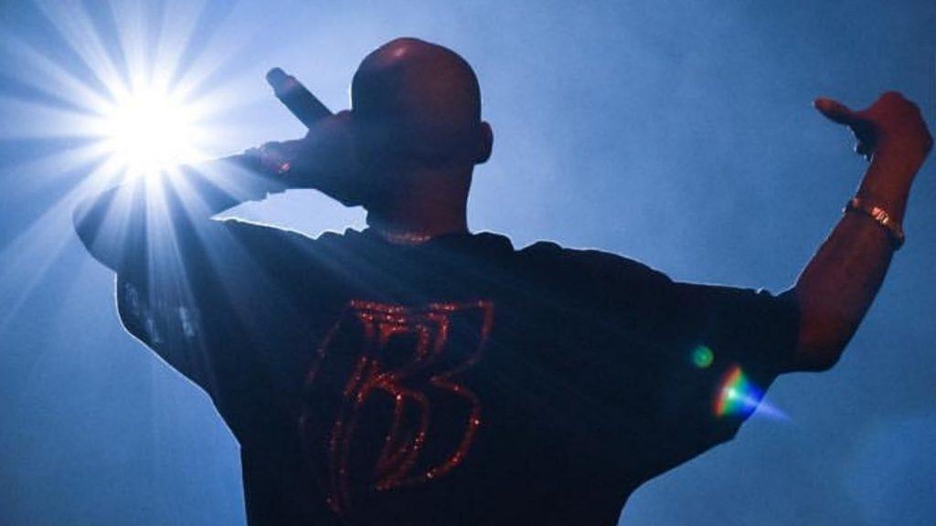 Mondo della musica sotto choc, il famoso cantante è morto per overdose