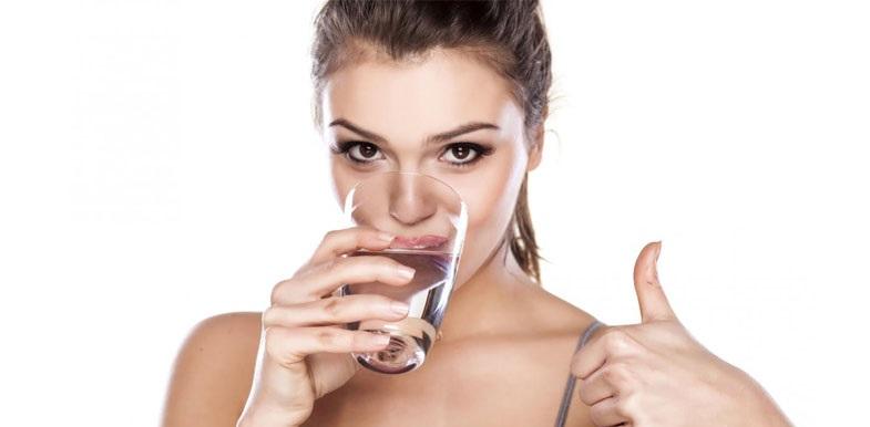 Un bicchiere di acqua calda la mattina (a digiuno)