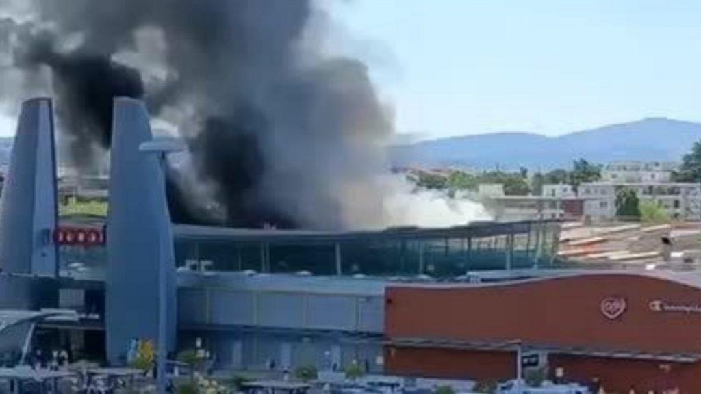 Italia, centro commerciale in fiamme, evacuazione e soccorsi in atto: le spaventose immagini [VIDEO]