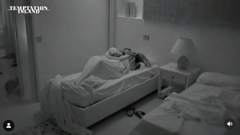 Temptation Island, a letto con il tentatore: le telecamere riprendono tutto