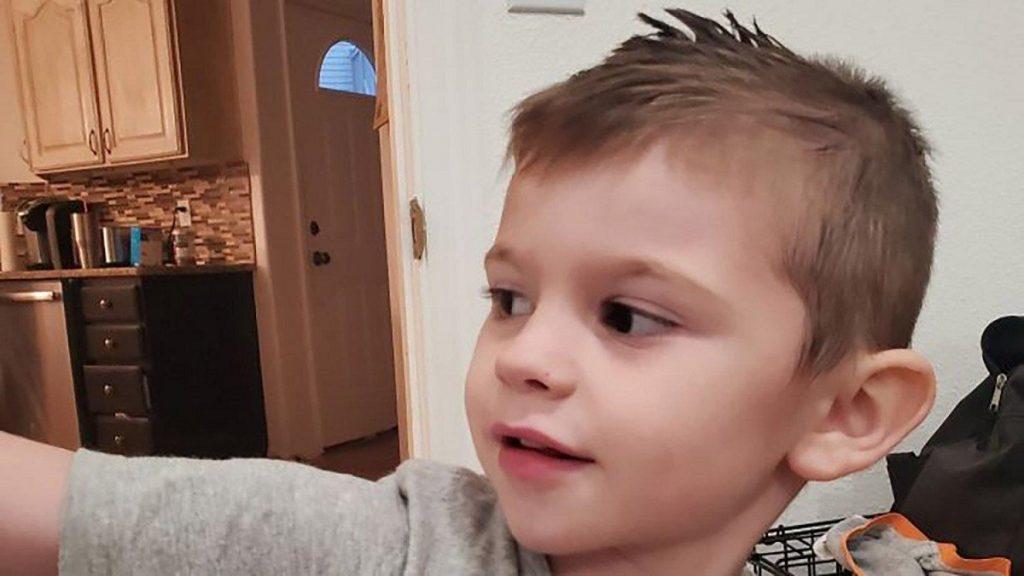 La nonna non l'ha trovato nel suo letto e ha chiamato subito la polizia: bimbo di 4 anni trovato morto