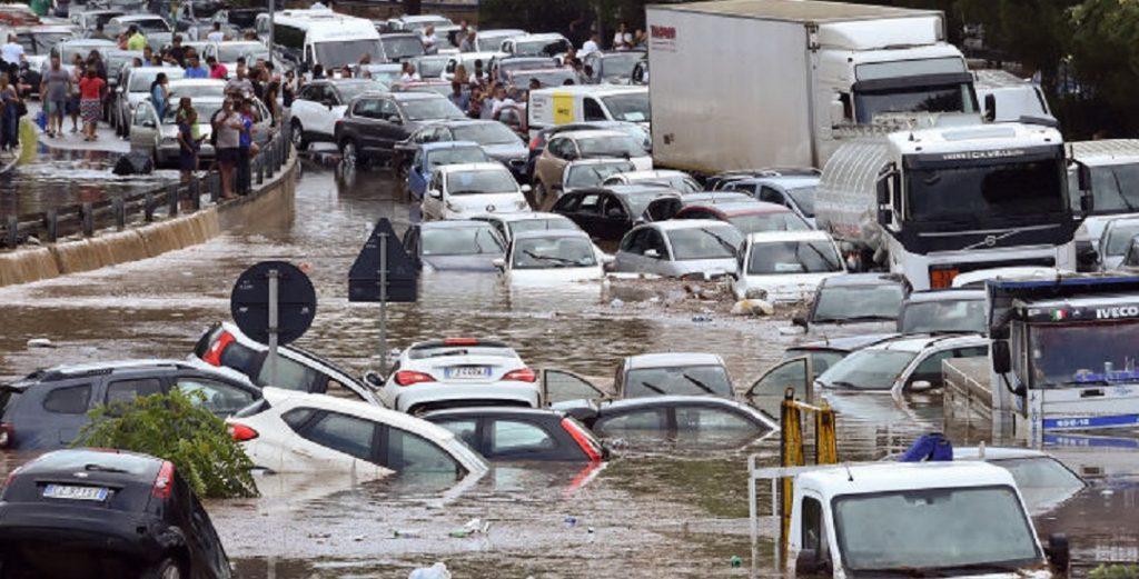 Nubifragio nel Catanese, strade come torrenti: un morto annegato